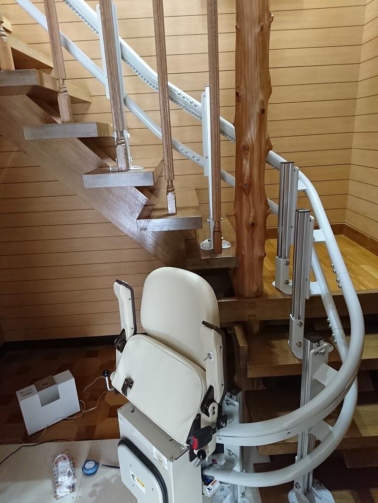 階段へ電動昇降機を設置